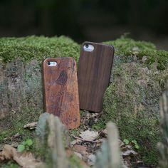 """Das Dschungelcamp lockt wie jedes Jahr Millionen von Menschen vor den Fernseher. Daher haben auch wir zwei unserer Stars in den australischen Busch geschickt. Mit unseren #kwmobile Holz-Cases heißt es eher """"Ich bin ein Smartphone holt mich hier nicht raus!"""" Die Cases findet ihr hier: http://ift.tt/2jYqJhY und http://ift.tt/2khUuIx  #holz #case #wood #nature #smartphone #caselovers #ibes #protection #backtotheroots #iphone"""