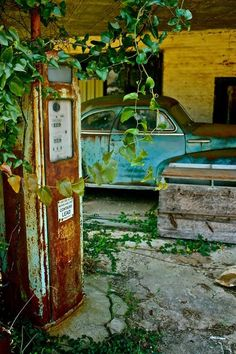 68 Ideas Old Cars Abandoned Gas Pumps For 2019 Abandoned Buildings, Abandoned Mansions, Old Buildings, Abandoned Houses, Abandoned Places, Old Houses, Derelict Places, Station Essence, Parks