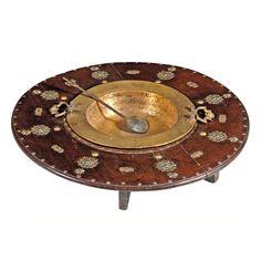 BRASERO ESPAÑOL EN MADERA Y METAL Base y pala de bronce dorado. Madera de nogal.S. XX. Medidas: 18 x 94 cm.