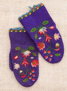 A pair of old crochet mittens with fine wool embroidery. Purple and red are a favorite color combination in Nås.