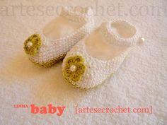 Sapatinho de crochet com detalhe de flor e pérola