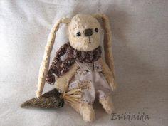 Voici mon lapin que je vien de terminé. Son patron est ma création personnelle. Il est de fourure artifitielle, teint avec du café noir...