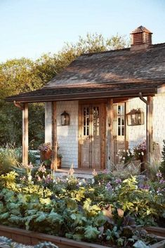 The old beams and copper gutters give the garden house a more weathered look. - The old beams and copper gutters give the garden house a more weathered look. Deliver gypsies a car - Joanna Gaines, Jo Gaines, Garden Cottage, Home And Garden, Lake Cottage, Italian Style Home, Diy Academy, Front Yard Decor, Copper Gutters
