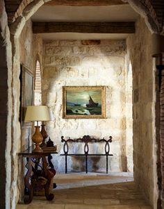 House Tour | Nel Texas si respira aria di Toscana. In questa stanza l'elemento predominante è rappresentato dalle antiche pareti in pietra bianca riportate alla luce.