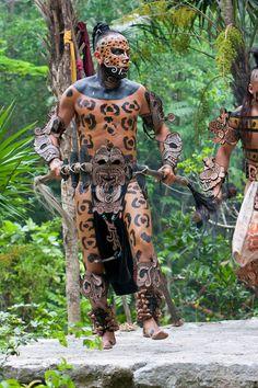 Bailarina Maya Jaguar en representación prehispánica Cultura Maya . Xcaret , Riviera Maya , Yucatán, México .