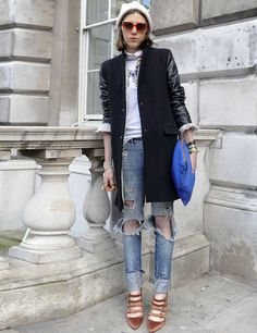 There Is Endless Street Style Inspiration for How to Make Ripped Jeans Look Chic AF Winter Outfit For Teen Girls, Winter Outfits For Work, Winter Outfits Women, Casual Winter Outfits, Chic Outfits, How To Make Ripped Jeans, Ripped Jeans Look, Ripped Jeans Outfit, Casual Chic