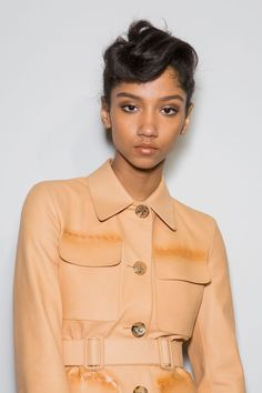 See the Autumn/Winter 2017 beauty trends from the runways of New York, London, Milan and Paris Fashion Weeks. Cosmopolitan Beauty brings you the newest catwalk hair and makeup trends. Cute Girls Hairstyles, Spring Hairstyles, Black Women Hairstyles, Trendy Hairstyles, Medium Hair Styles, Short Hair Styles, Catwalk Hair, Hair 2018, Beauty Trends