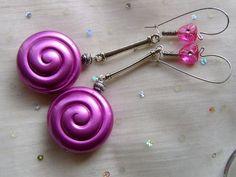 Designschmuck mit ganz viel Look und Spass an Farbe!   Diese Ohrhänger sind herrlich leicht, total im Trend in der Farbe pink und in der Form sind sie