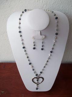 caf27579cd8a Collar en azul marino con plata y dije de corazon con cadenita.