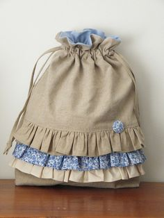 Linen Draw String Bag with Ruffle Handmade Market, Handmade Bags, Diy Sac, Quilted Bag, Fabric Bags, Cute Bags, Stitch Design, Gift Bags, Sewing Hacks