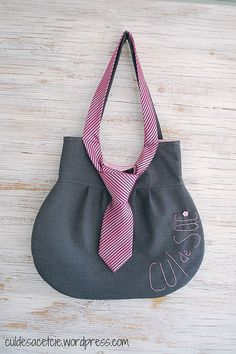 New in the shop! necktie bag (just idea – not a pattern) The post New in the shop! appeared first on pintogotop . Diy Sac, Recycle Jeans, Upcycle, Denim Bag, Fabric Bags, Handmade Bags, Handmade Leather, Vintage Leather, Bag Making