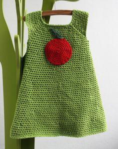 Volledig gehaakt jurkje voor een meisje van 2 à 3 jaar oud.
