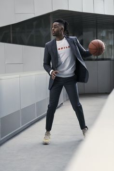 Bloomingdale's enlists D'Angelo Russell as one of its campaign stars for fall-winter The NBA All-Star basketball player inspires in covetable looks for… Nba Fashion, Streetwear Fashion, Nba Players, Basketball Players, Black Hair Cuts, Street Basketball, Gorgeous Black Men, The Fashionisto, Brand Campaign