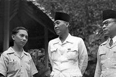 Leiden alumni and Indonesia's first prime minister (1945 – 1947), Sutan Sjahrir. With Soekarno & Hatta, April 1945