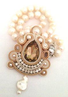 Girocollo con perle di fiume e pendente realizzato con tecnica soutache disponibile su www.frapilu.it