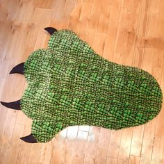Giant Dinosaur rug..Looks easy enough..just have to check out the fabric stores..for material.
