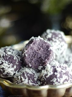 Blueberry Coconut Bliss Balls Recipe (No-Bake & Free From: gluten & grains, dairy, refined sugar, nuts, and added oils) Raw Desserts, Gluten Free Desserts, Lunch Box Recipes, Whole Food Recipes, Lunch Ideas, Gluten Free Blueberry, Vegan Blueberry Recipes, Vegan Recipes, Blueberry Jam