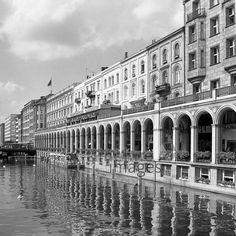 Hamburg 1964 Juergen/Timeline Images #Hamburg #60er #60s #Alster #Binnenalster #Häuser #Fassade #Arkaden #black #white #shadow #photography #mood #Atmosphäre #Licht #Schatten #schwarz #weiß #Fotografie #historisch #historical #traditional #traditionell #retro #nostalgic #Nostalgie