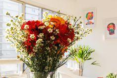 Arranjo floral e obras de arte