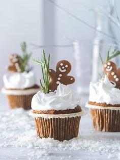 Letošní Vánoce budou na sněhu! Postarají se o to vláčné mrkvové muffiny plné křupavých ořechů s pořádně nadýchanou čepicí. Cupcake Cakes, Cupcakes, Gingerbread, Food, Meal, Cupcake, Essen, Hoods, Meals