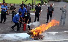 Petugas dari PT Kodamkar memeragakan pengunaan APAR