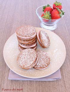 Biscotti al cacao con mousse di fragole