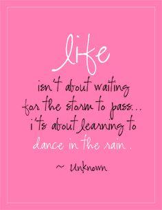 (la vie, ce n'est pas attendre que l'orage passe, c'est apprendre à danser sous la pluie)