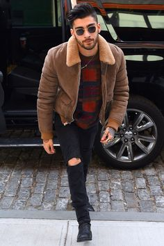 26 style lessons from Zayn Malik Zayn Malik's an advocate for all-year-round ripped jeans, even in the coldest depths of winter. Zayn Malik Style, Zayn Malik Photos, Zayn Malik Fashion, Estilo Fashion, Fashion Mode, Zayn Mallik, Niall Horan, Zayn Malik Hairstyle, Gigi Hadid And Zayn