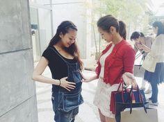 [写真] 紗栄子、親友・あびる優の大きなお腹を「よしよし」。素敵な写真にファンもほっこり