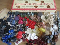 OLD CHOCOLATE BOX FULL OF COLOURFUL VINTAGE BUTTONS ART DECO 300+ LOTS OF SETS