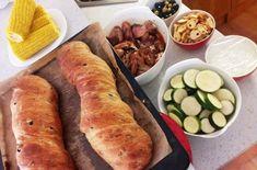 Řecké menu: Olivový chléb s mátou, souvlaki, tzatziki a okurková limonáda s tymiánem - Zrzka v kuchyni Tzatziki, Ciabatta, Hot Dog Buns, Treats, Ethnic Recipes, Food, Image, Sweet Like Candy, Goodies