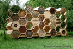 Je příjemné, když architekti a umělci vytváří užitečné věci, jako jsou hmyzí hotely.    (Hotel à Insectes - Insect Hotel -  Festival de l'achitecture - www.archi20.eu)