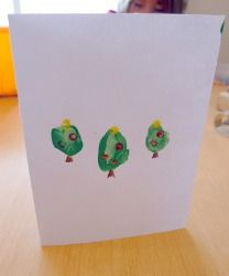 Thumb Print Christmas Tree Cards - These handmade Christmas invitations are so cute, and the kids can help make them!
