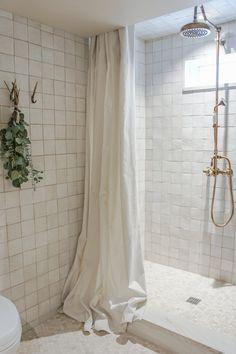 Une salle de bain minimaliste Modern House Ideas For You After leaving the parental domestic you att Bathroom Interior Design, Home Interior, Decor Interior Design, Interior Decorating, Design Interiors, Interior Lighting, Earthy Bathroom, Small Bathroom, White Bathroom Shelves