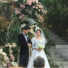 Song Joong-ki and Song Hye-kyo got married in tears at the Shilla Hotel on the of October. Celebrity Wedding Dresses, Celebrity Weddings, Descendants, Korean Actresses, Korean Actors, Spring Wedding, Wedding Day, Song Joon Ki, Songsong Couple