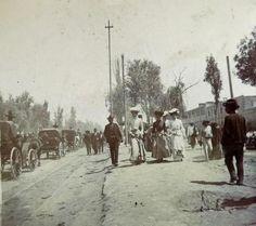 Paseantes a la orilla del Canal de la Viga-, a la derecha la fabrica de Ácidos, Bleisk & Feliza. 1908