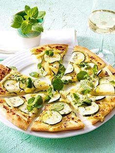 Pizza mit Zucchini, Kresse und Emmentaler