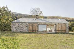 Pasívny dom s kamennou fasádou a veľkými preskleniami vyrástol z totálnych ruín – galéria   Môjdom.sk