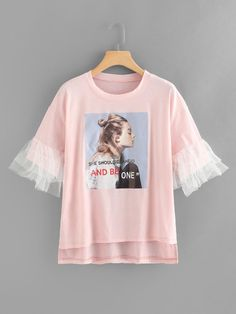 Abgestuftes Mesh-Manschette-Dip-Saum-T-Shirt mit Bilddruck - Sheinside Diy Fashion, Teen Fashion, Fashion Outfits, Shirt Print Design, Shirt Designs, T Shirt Reconstruction, Indian Designer Outfits, Business Outfits, Diy Clothes