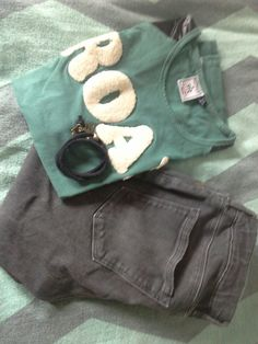 Hoge grijse skinny broek/Scotch&soda Leger groen t shirt/Retour Zwart armbandje/Ibiza