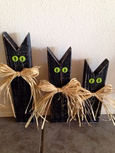 Halloween black cat 30 craft idea of from scrap lumber Fall Wood Crafts, Halloween Wood Crafts, Outdoor Halloween, Diy Halloween Decorations, Halloween Diy, Holiday Crafts, Holiday Fun, Halloween College, Holiday Decor