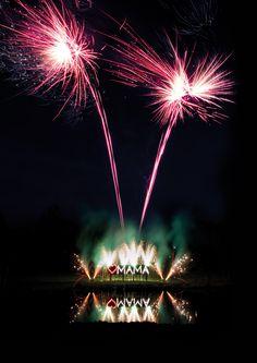 Ein Lichterbild mit Fontänen und nachfolgendem Feuerwerk.
