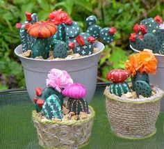 20 DIY Ideas for Garden Decor with Pebbles and Stones The pebbles are the best solution to customize any outdoor space. Original, aesthetic and easy to handle, decorative pebbles become a glance in real deco a Pebble Stone, Pebble Art, Stone Art, Painted Rock Cactus, Painted Rocks, Cactus Pierre, Decoration Cactus, Stone Cactus, Decorative Pebbles