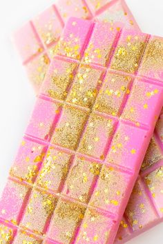 Edible Glitter Chocolate Bars (+ A Guide to Actual Edible Glitter) - Studio DIY, Baking de Chocolates Chocolates aesthetic bars bouquet box brown hair brownies cake candy chip cookies cupcakes day decorations design desserts dibujo fondos frases Chocolate Bonbon, Dairy Milk Chocolate, Cadbury Chocolate, Chocolate Day, Valentine Chocolate, Chocolate Candies, White Chocolate, Homemade Chocolate Bars, Chocolate Tumblr