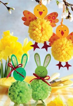 De søde harer og kyllinger er nemme at lave, og de vil med garanti sprede… DIY Easter chicks and Easter bunnies with pompoms - Hjemmet DK: Adorable little pom pom chicks and pom pom bunnies for Easter. What cute Easter decorations and fun kids craft pr Spring Crafts, Holiday Crafts, Fun Crafts, Diy And Crafts, Paper Crafts, Simple Crafts, Color Crafts, Creative Crafts, Easter Activities