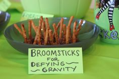 Elphaba's Broomsticks (Pretzels stuck in mini-Reese cups.so easy and a crowd pleaser) 17th Birthday, Birthday Fun, Birthday Parties, Food Themes, Party Themes, Party Ideas, Freshman Orientation, Broadway Party, Wicked Musical