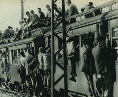 """戦前~戦後のレトロ写真さんのツイート: """"1948年(昭和23年)。大宮行きの東武電車です。 通勤客と買い出し客が合わさってご覧の状態で、移動の需要に対して圧倒的に輸送力が足りなかったのが分かります。通勤地獄なんてもんじゃないですね。上の客が架線に触れないか冷や冷やします。… """""""