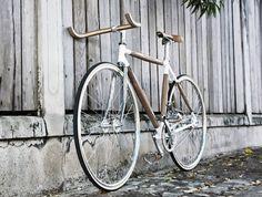PLYbike par Dots Design Studio. Un vélo avec un cadre en fibre de verre n'est pas la seule façon de rider avec style. Dots Design Studio, un cabinet multidisciplinaire basé à Bangkok, conçoit des vélos fabriqués à la main en utilisant des pièces de bois.