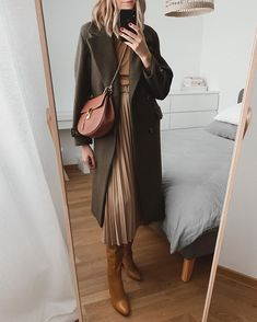 The fabric of the clothes should look comfortable and have a good texture. How to wear a woman's temperament, choose more simple colors in the color, women are best warm, light colors. Winter Fashion Outfits, Work Fashion, Modest Fashion, Autumn Winter Fashion, Fall Outfits, Fashion Looks, Outfit Winter, 70s Fashion, Fashion Dresses