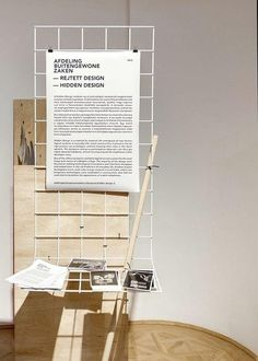 : display for handouts and temporary announcements | wood + white metal + black and white paper prints Graphisches Design, Display Design, Booth Design, Store Design, Interior Design, Display Showcase, Exhibition Display, Exhibition Space, Exhibition Ideas
